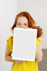 frau zeigt ein leeres tablet