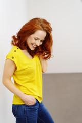 schöne frau mit gelbem shirt und jeans