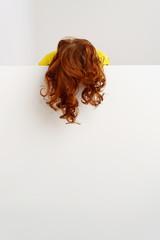 frau mit roten haaren und locken lässt sich hängen