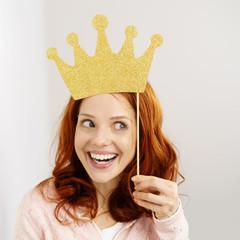 lachende junge frau mit goldener krone
