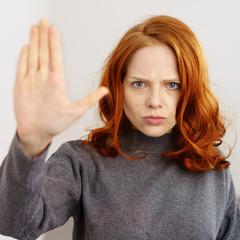 frau zeigt stop-geste mit der hand
