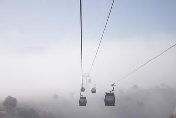 cabinas teleféricas entre la niebla