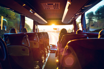 Bus innen Busreise in den Sonnenaufgang – Tour bus interior Fototapete