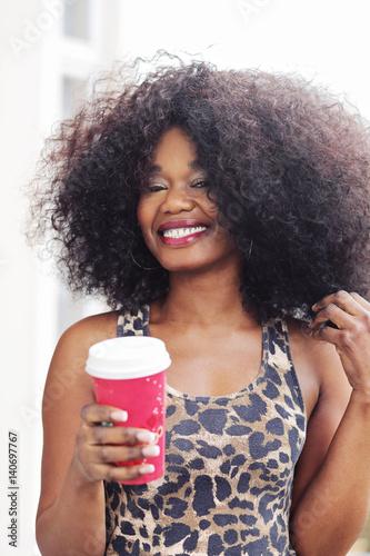 portrait jeune femme noire avec grande coiffure afro cheveux ...