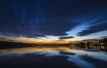 Blaue Stunde mit schöner Wolkenstimmung Bodensee