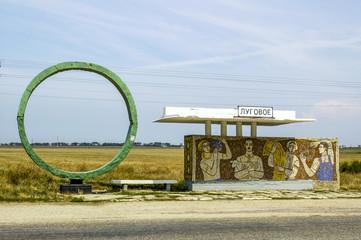 Krim, Lugove, Bushaltestelle mit grünem Betonring, Ukraine