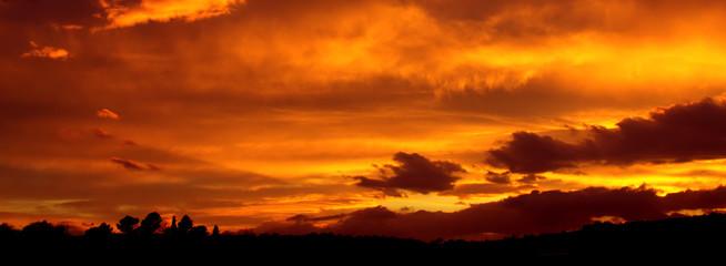 Tramonto con cielo giallo arancio