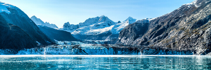 Foto auf AluDibond Glaciers Panoramic view in Glacier Bay from cruise ship cruising towards Johns Hopkins Glacier in summer in Alaska, USA. Banner panorama crop.