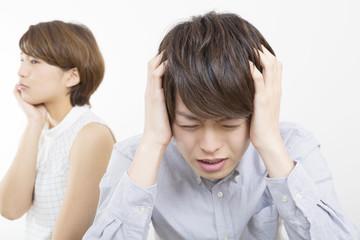 感情 カップル 男女 喧嘩 イメージ 浮気 過ち 別れる 離婚 暗い 室内
