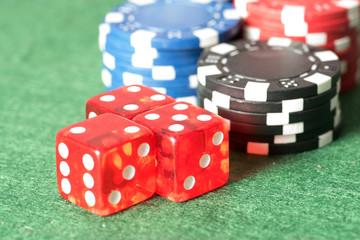 Casino Jetons und Spielwürfeln