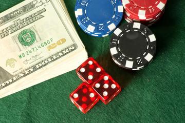 Dollarscheine, Casino Chips und Spielwürfeln
