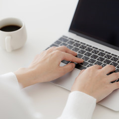 パソコンをする女性・ボディパーツ