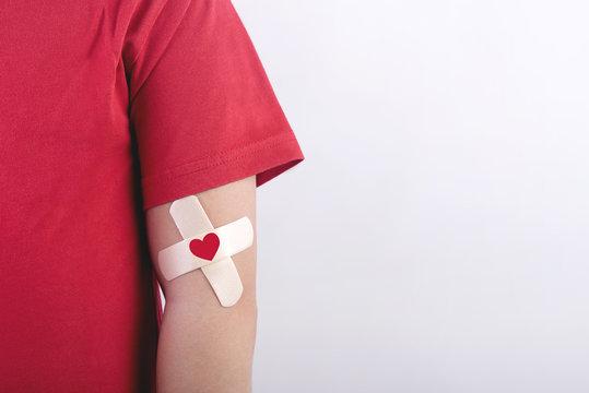 niño con un corazon dibujado en su brazo.Concepto de donacion de sangre
