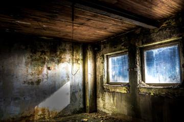 Lost Places Urbex verfallener Raum mit Deckenhaken