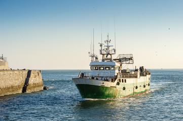 barco entrando al puerto de Ondarroa