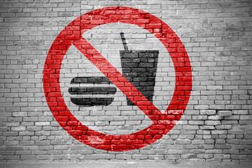 Ziegelsteinmauer mit Essen und Trinken verboten Graffiti
