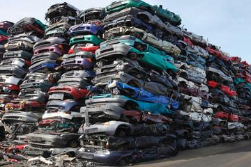 junk yard  gestapelte Schrottwagen