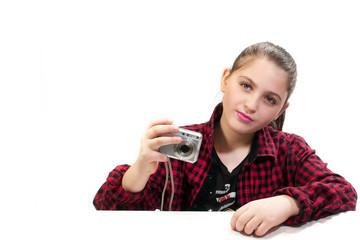La ragazza fotografa  dolce pronta a scattare una foto su uno sfondo bianco