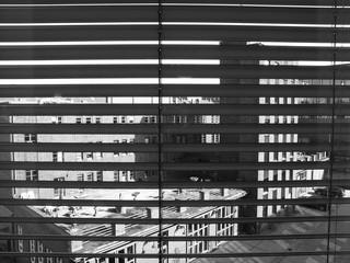 Blick aus einem Hotelfenster mit Jalousie auf die denkmalgeschützte alte Feuerwehr in Münster in Westfalen im Münsterland, fotografiert in neorealistischem Schwarzweiß