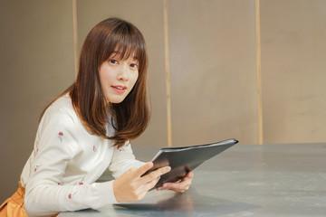 オフィスで資料を読む若い女性