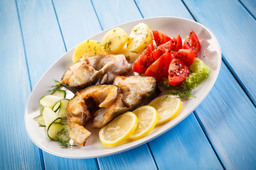 Fried fish with potatoes and vegetables