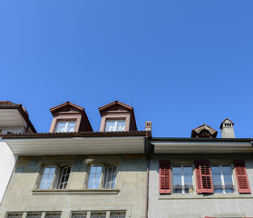 Aussenaufnahme Gebäude - Frontansicht mit blauem Himmel