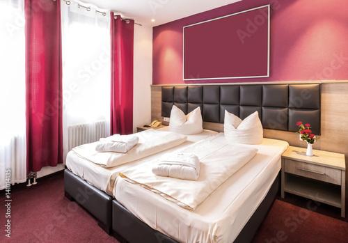 rotes schlafzimmer stockfotos und lizenzfreie bilder auf bild 141014135. Black Bedroom Furniture Sets. Home Design Ideas