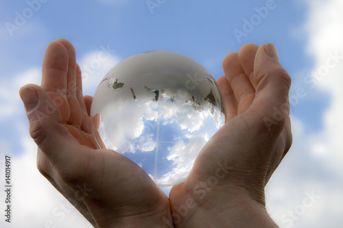 Hande Halten Eine Glaskugel Der Welt Stock Photo And Royalty Free