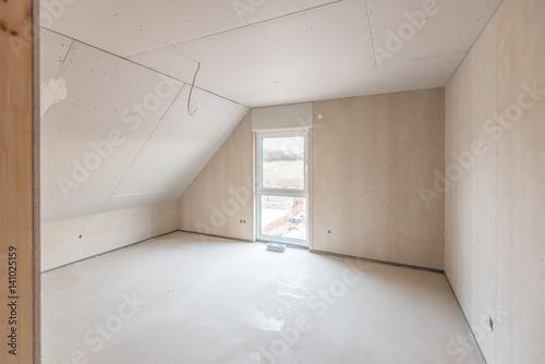 zimmer mit dachschr ge im rohbau stockfotos und lizenzfreie bilder auf bild. Black Bedroom Furniture Sets. Home Design Ideas