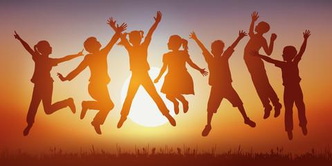 Saut - Enfant - Coucher de soleil - heureux - groupe - bonheur - vacances - fille - garçon