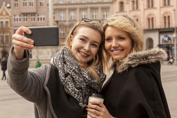 Freundinnen machen ein Selfie in der Stadt