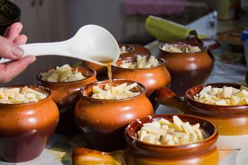 картофель в горшочках, с грибами и сырам