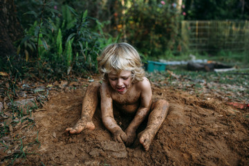 Child digging the ground with hands