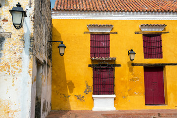 Fototapete - Yellow and Red Colonial Architecture