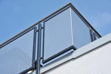 Moderne Balkone mit Edelstahl-Geländer an Hausfront
