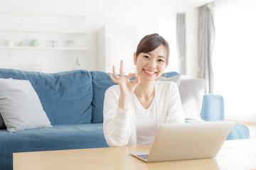 パソコンを使う女性・OK