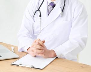 診察室で診察する医師