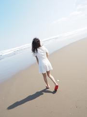 ワンピースとビーチの女性