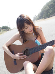 クラッシックギターと女性