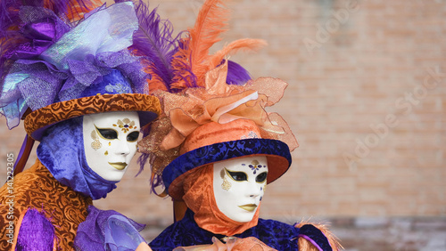 paar mit venezianischen masken und kost m beim karneval. Black Bedroom Furniture Sets. Home Design Ideas