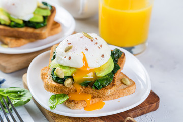 Sandwich with spinach, avocado and egg
