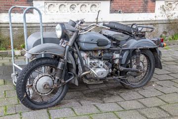 Sehr altes Motorrad mit Beiwagen