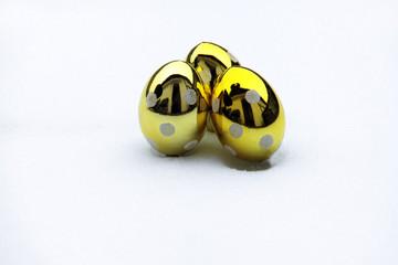 Goldene Eier im Schnee