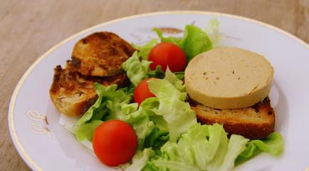 foie gras,tomate,toast,et salade,repas gastronomique