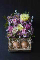 Пасхальная композиция, цветы и яйца