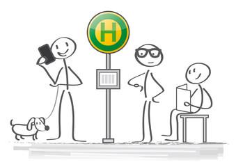 Fahrgäste warten an der Bushaltestelle und vertreiben sich die Zeit
