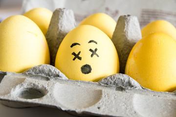 Frohe Ostern: Gefärbtes Osterei mit Gesicht aufgemalt - Nahaufnahme