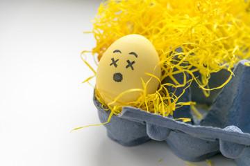 Osterei im Eierkarton in gelben Ostergras - schwindelig