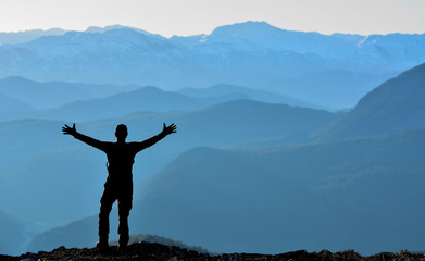 Dağlara Bakan Mutlu İnsan Silüeti
