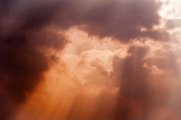 Sonne bricht durch Abendwolken